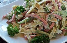 Аппетитные салаты с копченой колбасой и рецепты с фото блюд