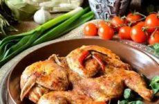 Традиционное приготовление цыпленка табака в духовке и на сковороде