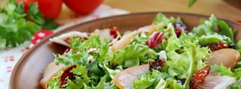 как сделать салат с вялеными помидорами и копченой курицей