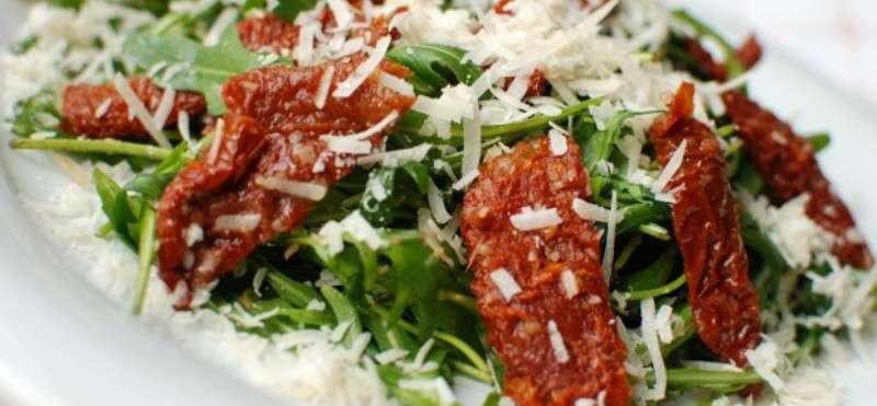 какой диетический салат можно сделать с вялеными помидорами