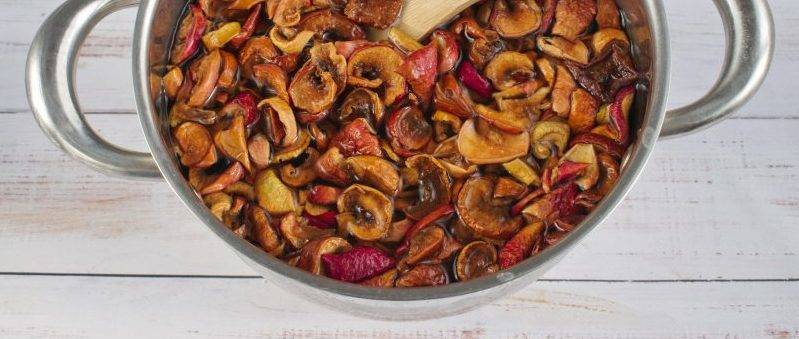 как сварить компот из сушеных яблок в железной кастрюле