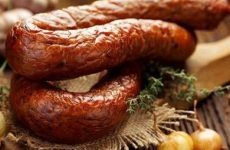 Ароматная колбаса горячего и холодного копчения в коптильне: базовые понятия и два рецепта